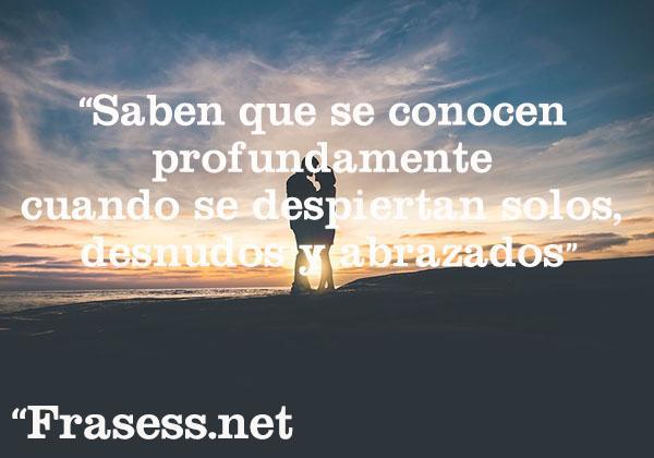 Frases de Jaime Sabines - Saben que se conocen profundamente cuando se despiertan solos, desnudos y abrazados.