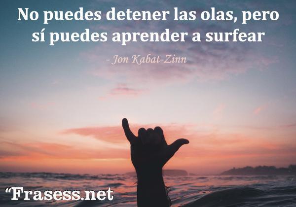 Frases de surf - No puedes detener las olas, pero sí puedes aprender a surfear.