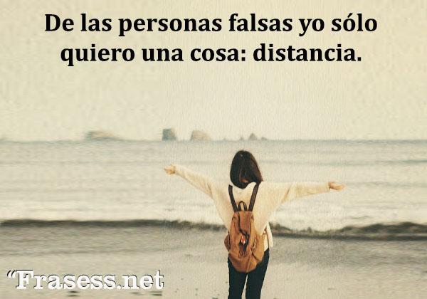 Frases para Facebook - De las personas falsas yo sólo quiero una cosa: distancia.