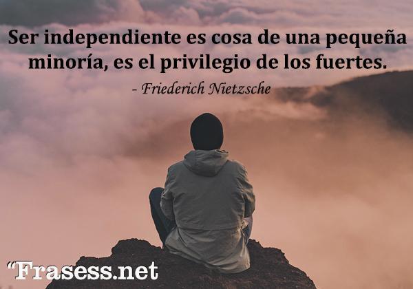 Frases de soledad - Ser independiente es cosa de una pequeña minoría, es el privilegio de los fuertes.