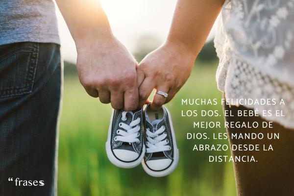 Frases para un recién nacido - Muchas felicidades a los dos. El bebé es el mejor regalo de Dios. Les mando un abrazo desde la distancia.