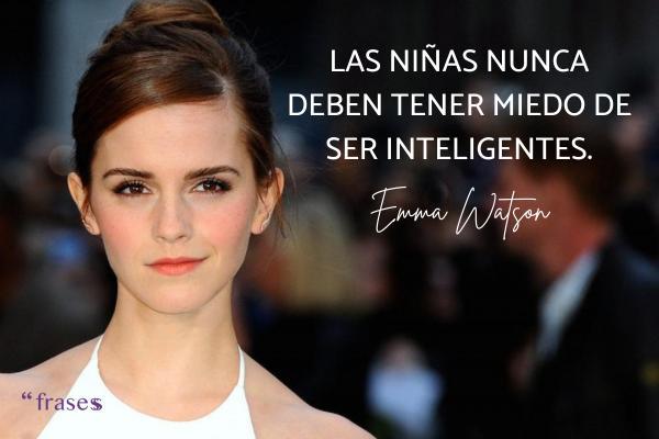 Frases de Emma Watson - Las niñas nunca deben tener miedo de ser inteligentes.