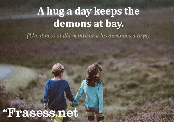 Frases de abrazos - A hug a day keeps the demons at bay. (Un abrazo al día mantiene a los demonios a raya).