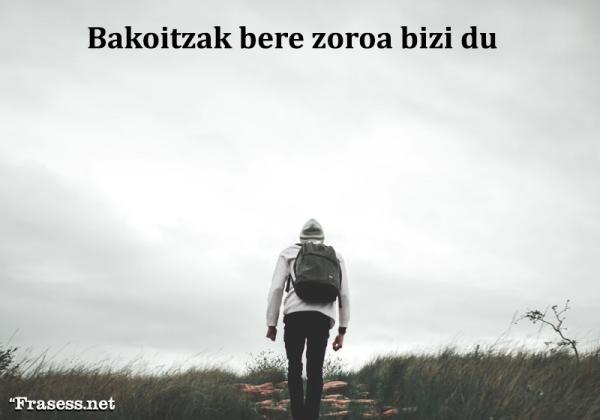 Frases bonitas en Euskera - Bakoitzak bere zoroa bizi du (Cada uno vive su propia locura)