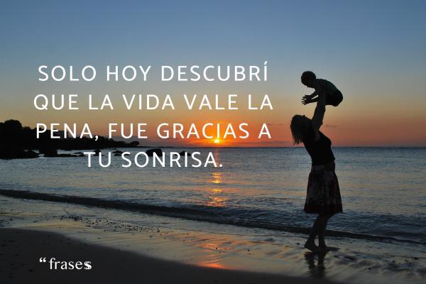 Frases de complicidad en el amor - Solo hoy descubrí que la vida vale la pena, fue gracias a tu sonrisa.