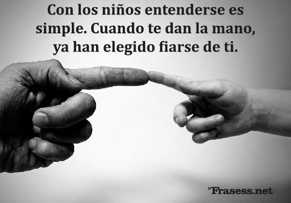 Frases de inocencia - Con los niños entenderse es simple. Cuando te dan la mano, ya han elegido fiarse de ti.