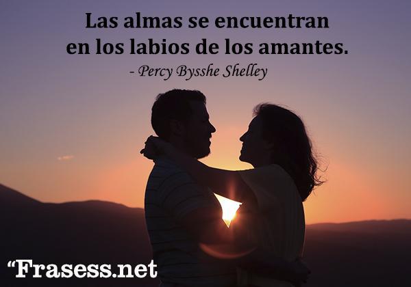 Frases de San Valentín - Las almas se encuentran en los labios de los amantes.