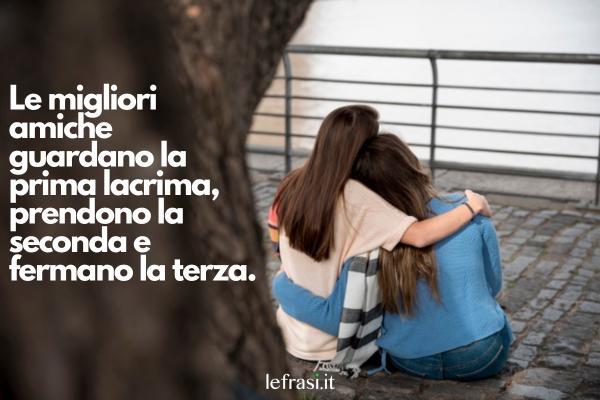 Frasi Tumblr sull'amicizia - Le migliori amiche guardano la prima lacrima, prendono la seconda e fermano la terza.